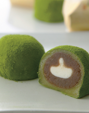 Uji Organic Green Powdered Tea with Daifuku (Soft rice cake stuffed with sweetened bean jam)